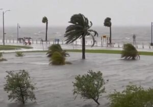 Nezapamćena oluja protutnjala jugom Amerike: Siloviti vjetar prevrnuo brod, traga se za posadom