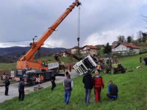 Jezive scene s mjesta nesreće kod Gračanice: Kamion pao na automobil, žena ostala zarobljena u olupini