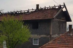 Gorjela porodična kuća u Zenici, vatrogasci spasili stariju osobu iz požara