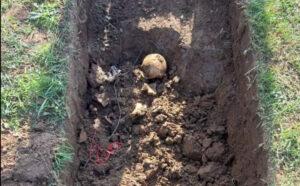 Doboj: Kopali mezar umrloj ženi, pa naišli na kostur vezan kablovima oko vrata i nogu