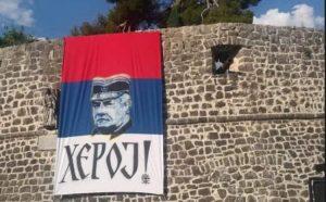 """Trobojka s Mladićevim likom i natpisom """"Heroj"""" osvanula na zidinama u Trebinju"""