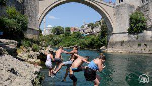 Pakleno vruće u Mostaru: I turisti se kupaju u Neretvi