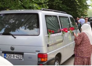 Suzama i dovama iz Visokog ispraćeni tabuti s tijelima ubijenih u genocidu u Srebrenici