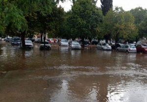 SNAŽNO NEVRIJEME POGODILO GRAD U BiH: Ulice poplavljene, saobraćaj blokiran, vjetar lomio grane